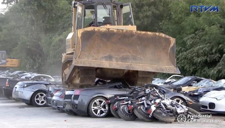 Presidente delle Filippine fa distruggere 68 auto premium con la ruspa [VIDEO] - Foto 16 di 25