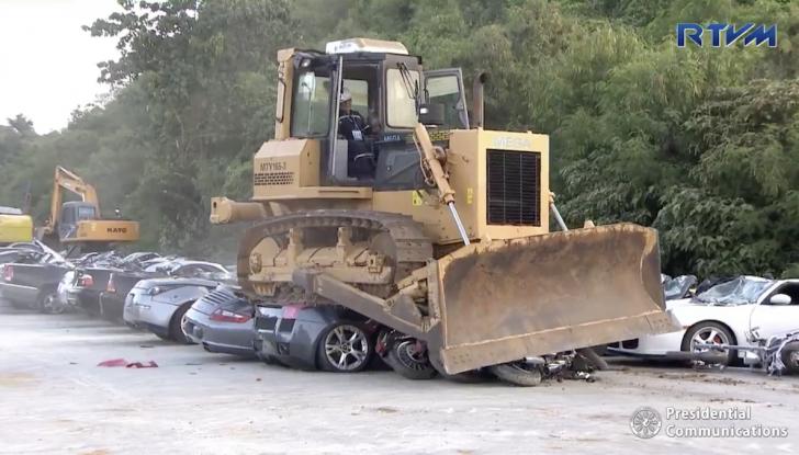 Presidente delle Filippine fa distruggere 68 auto premium con la ruspa [VIDEO] - Foto 17 di 25