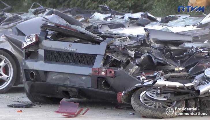 Presidente delle Filippine fa distruggere 68 auto premium con la ruspa [VIDEO] - Foto 19 di 25