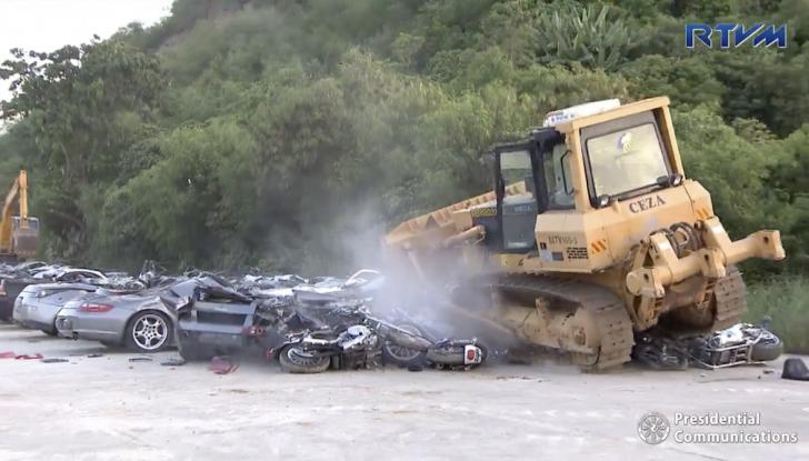 Presidente delle Filippine fa distruggere 68 auto premium con la ruspa [VIDEO] - Foto 20 di 25