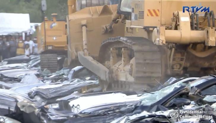 Presidente delle Filippine fa distruggere 68 auto premium con la ruspa [VIDEO] - Foto 22 di 25