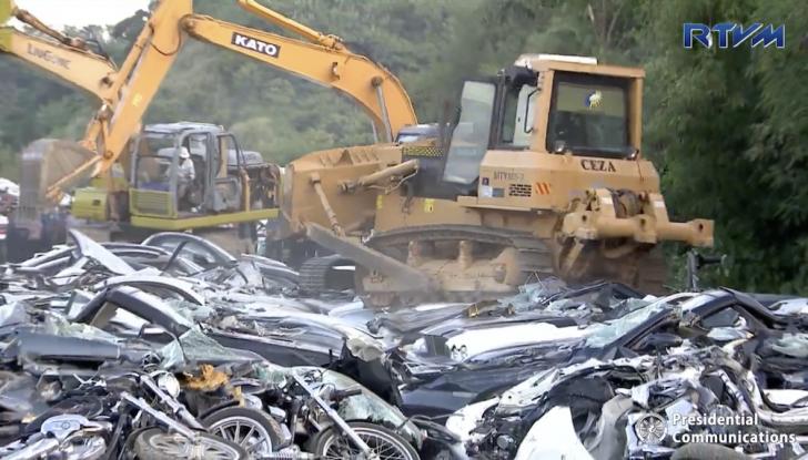 Presidente delle Filippine fa distruggere 68 auto premium con la ruspa [VIDEO] - Foto 23 di 25