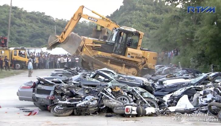 Presidente delle Filippine fa distruggere 68 auto premium con la ruspa [VIDEO] - Foto 24 di 25