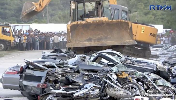 Presidente delle Filippine fa distruggere 68 auto premium con la ruspa [VIDEO] - Foto 25 di 25