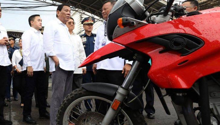 Presidente delle Filippine fa distruggere 68 auto premium con la ruspa [VIDEO] - Foto 7 di 25