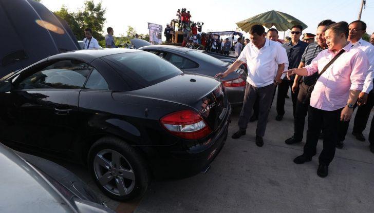 Presidente delle Filippine fa distruggere 68 auto premium con la ruspa [VIDEO] - Foto 10 di 25