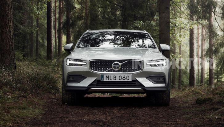 Volvo V60 Cross Country, familiare a ruote alte anche ibrida plug-in - Foto 1 di 12