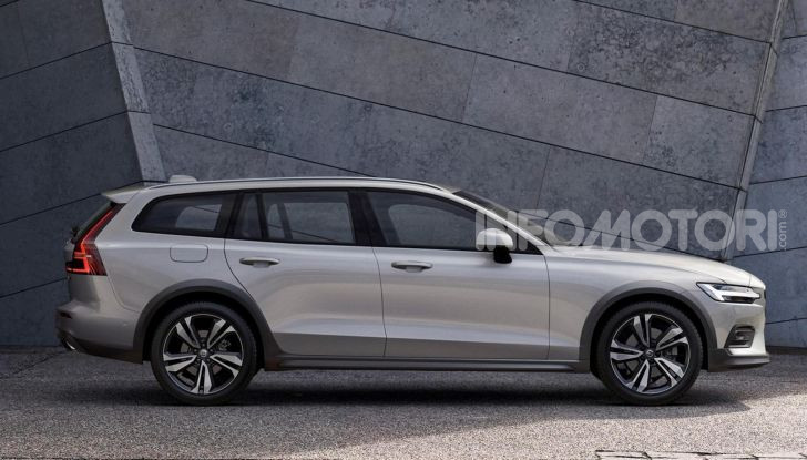 Volvo V60 Cross Country, familiare a ruote alte anche ibrida plug-in - Foto 2 di 12