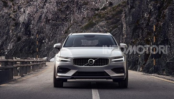 Volvo V60 Cross Country, familiare a ruote alte anche ibrida plug-in - Foto 7 di 12