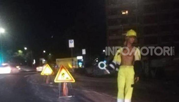 Modella in Topless a regolare il traffico, la folle idea a Catania - Foto 1 di 6