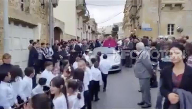Arcivescovo saluta i fedeli da una Porsche trainata da 50 bambini - Foto 1 di 6