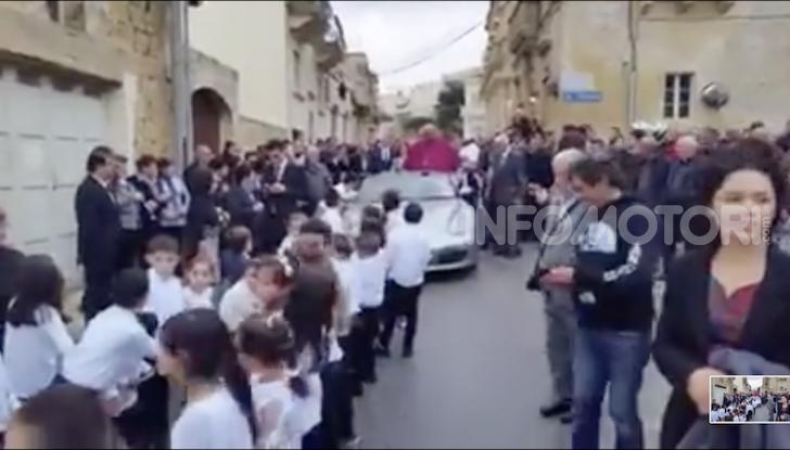 Arcivescovo saluta i fedeli da una Porsche trainata da 50 bambini - Foto 2 di 6