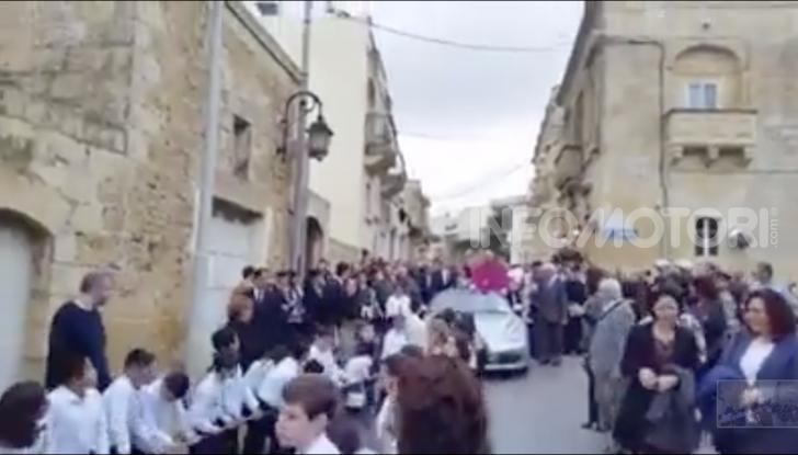 Arcivescovo saluta i fedeli da una Porsche trainata da 50 bambini - Foto 4 di 6
