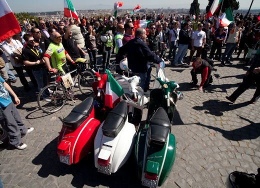 Vespa 65imo anniversario, parata a Roma - Foto 3 di 9