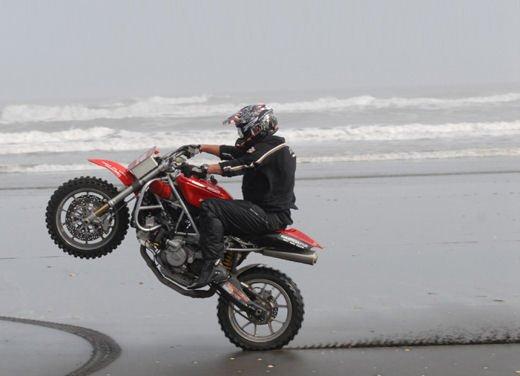 Ducati 999 Beach Racer: una superbike diventa una off-road da spiaggia - Foto 2 di 12