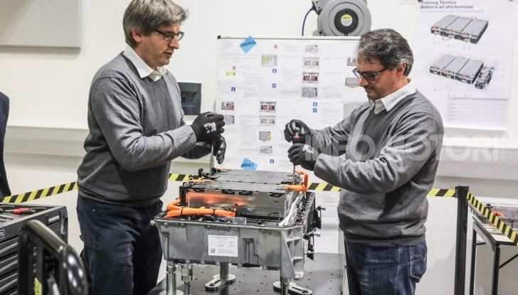 BMW e il programma di qualificazione del personale per auto elettriche e ibride - Foto 11 di 13