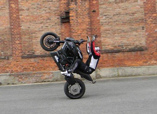 Ducati Diavel: ecco come la fa impennare lo stuntman Micha Threin