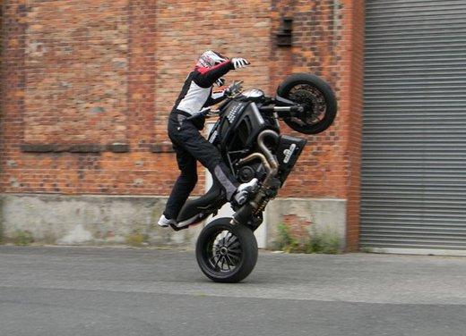 Ducati Diavel: ecco come la fa impennare lo stuntman Micha Threin - Foto 5 di 8