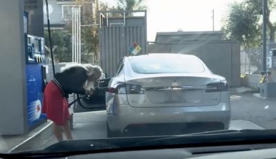 [VIDEO] Come fare il pieno di benzina a una Tesla Model S