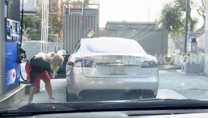 [VIDEO] Come fare il pieno di benzina a una Tesla Model S - Foto 2 di 10