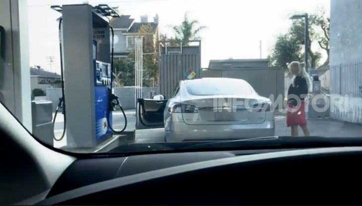 [VIDEO] Come fare il pieno di benzina a una Tesla Model S - Foto 4 di 10