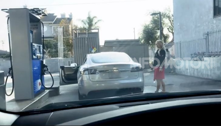 [VIDEO] Come fare il pieno di benzina a una Tesla Model S - Foto 5 di 10