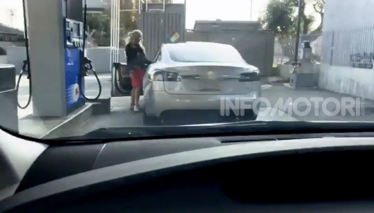 [VIDEO] Come fare il pieno di benzina a una Tesla Model S - Foto 6 di 10