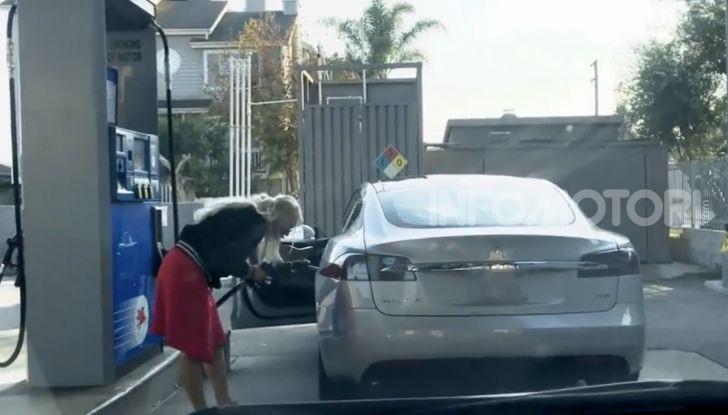 [VIDEO] Come fare il pieno di benzina a una Tesla Model S - Foto 1 di 10