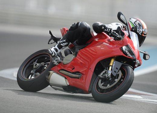 Sulla pista di Abu Dhabi con la Ducati 1199 Panigale S e con Troy Bayliss