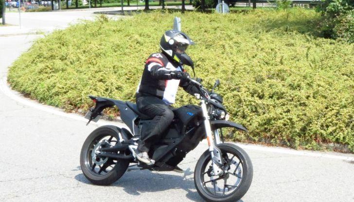 """Prova su strada: Zero Motorcycles FXS 11 kW: la """"125"""" elettrica - Foto 27 di 37"""