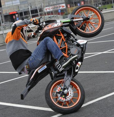 KTM Duke 125 e le evoluzioni dello stunt  Rok Bagoros - Foto 10 di 15