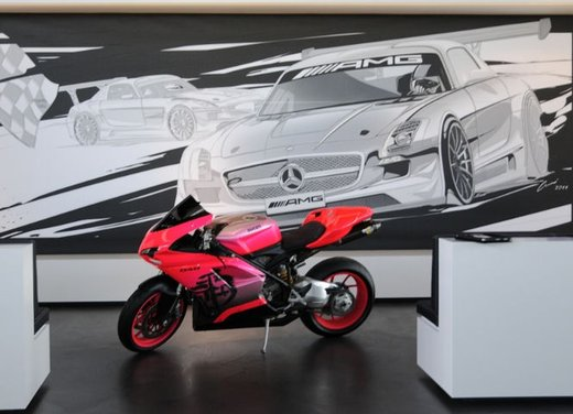 Ducati 848 rosa negli uffici AMG - Foto 1 di 10