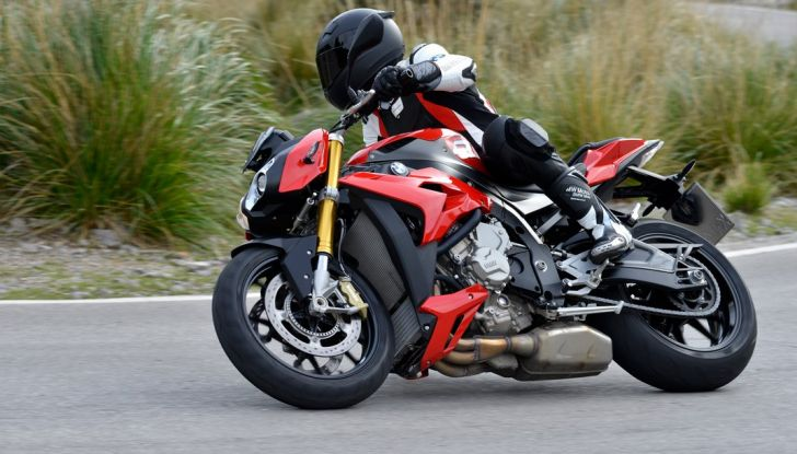 BMW S 1000 R, prova su strada:  Red Naked Redemption! - Foto 6 di 36