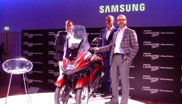 Samsung e Yamaha presentano il Tricity con Smart Windshield - Foto 12 di 27