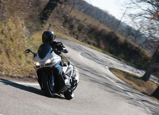 Aprilia SRV 850: prova su strada del maxi scooter sportivo di Noale - Foto 16 di 25
