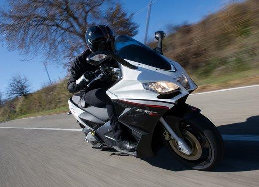 Aprilia SRV 850: prova su strada del maxi scooter sportivo di Noale - Foto 7 di 25