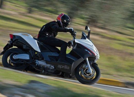 Aprilia SRV 850: prova su strada del maxi scooter sportivo di Noale - Foto 14 di 25