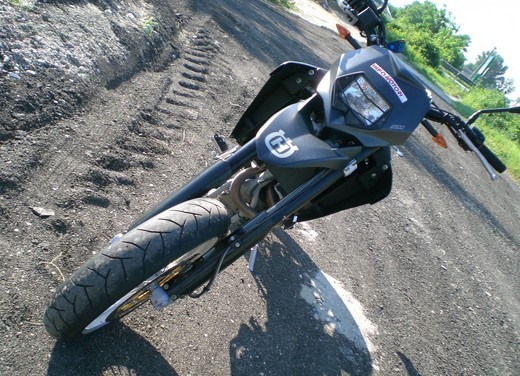 Husqvarna SM 610ie – Long Test Ride - Foto 17 di 48