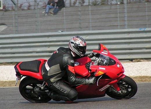 Ducati 749: Prova in pista del bicilindrico di Borgo Panigale - Foto 18 di 18