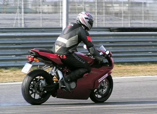Ducati 749: Prova in pista del bicilindrico di Borgo Panigale - Foto 8 di 18