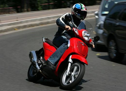 Aprilia Scarabeo 125 e 200 – Test Ride - Foto 10 di 25