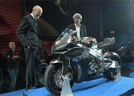 Aprilia RSV4 Superbike torna a competere - Foto 1 di 11
