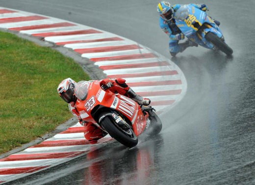 Stoner e Ducati: terza vittoria consecutiva - Foto 5 di 14
