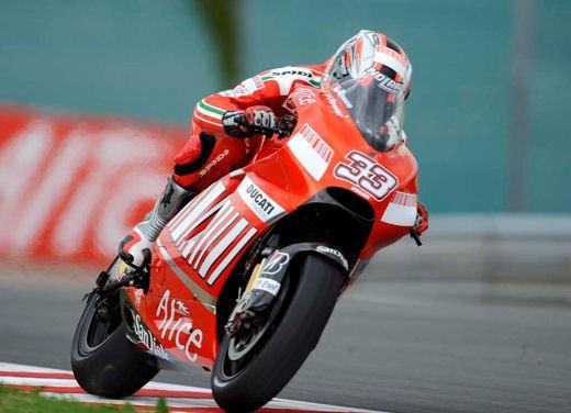 Stoner e Ducati: terza vittoria consecutiva - Foto 9 di 14