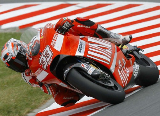 Stoner e Ducati: terza vittoria consecutiva - Foto 11 di 14