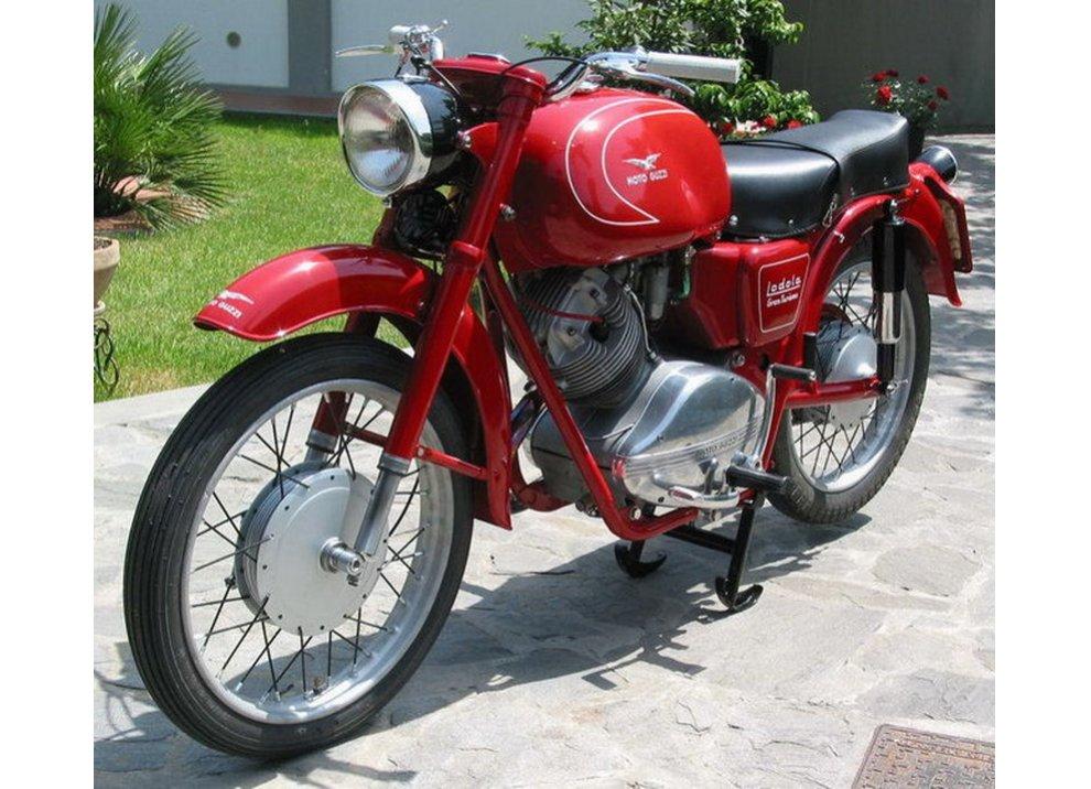 Bollo moto d'epoca: dal 2015 torna la tassa di proprietà per le moto di 20 anni - Foto 4 di 11
