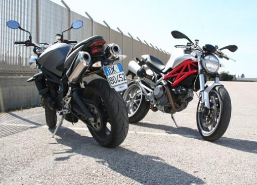Ducati Monster 1100 vs Triumph Street Triple R - Foto 5 di 27