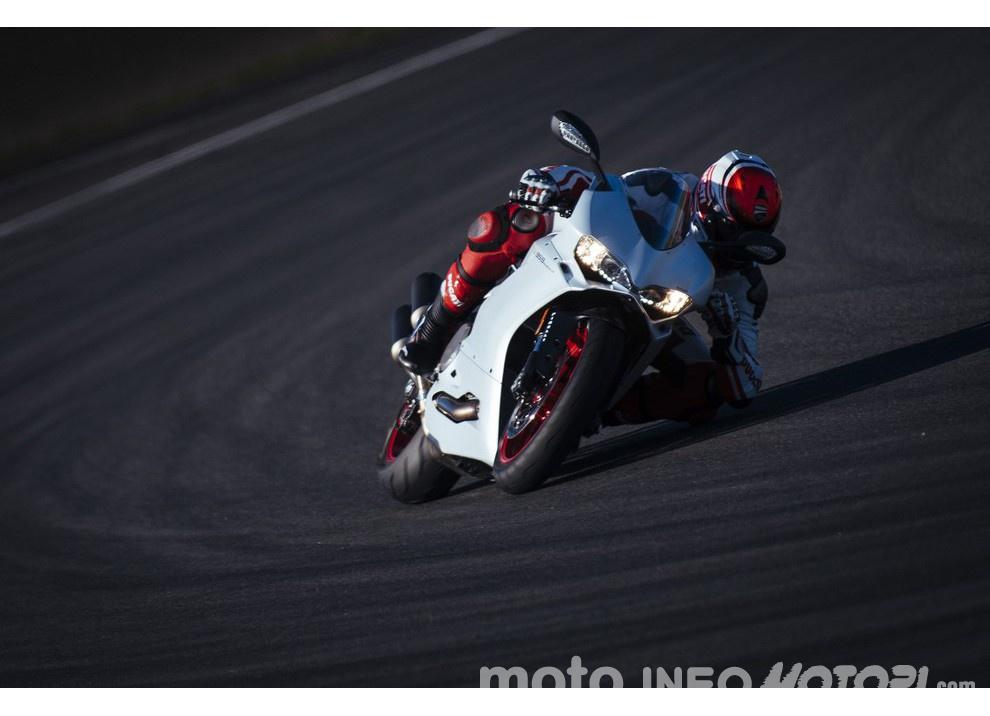 Ducati Panigale 959: l'OnBoard a Valencia con scarico sotto la carena - Foto 11 di 78