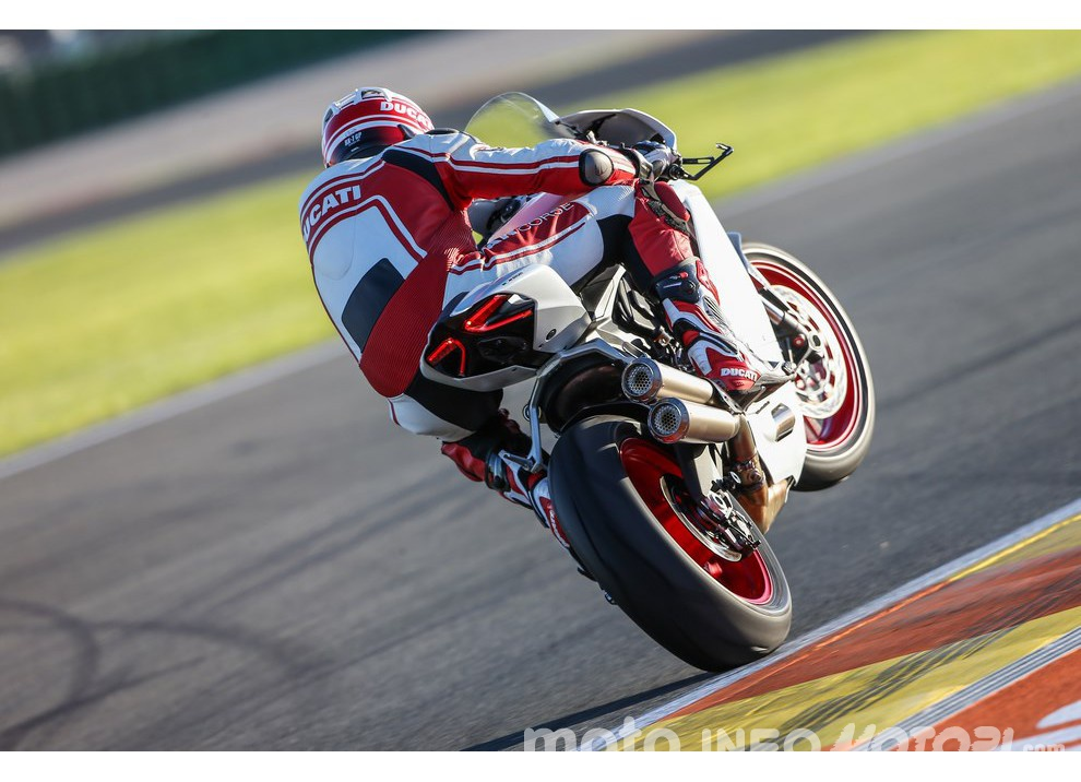 Ducati Panigale 959: l'OnBoard a Valencia con scarico sotto la carena - Foto 23 di 78