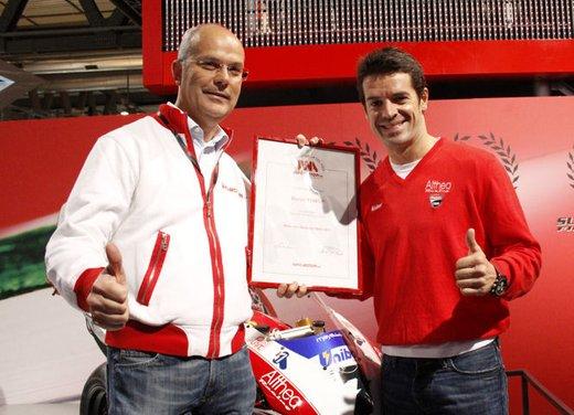"""Ducati 1198 SP """"Moto più Bella del Web 2011"""": Carlos Checa riceve il premio"""